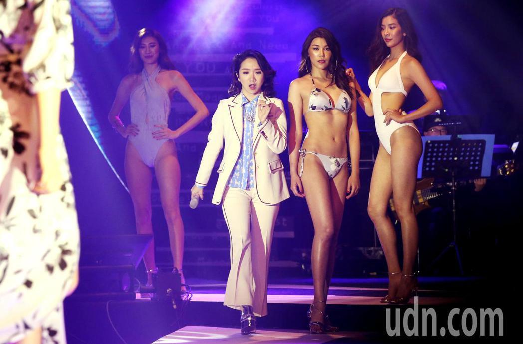 陶晶瑩出席加州品牌泳裝展演時尚音樂秀,連唱多首中英文經典曲目。記者林俊良/攝影