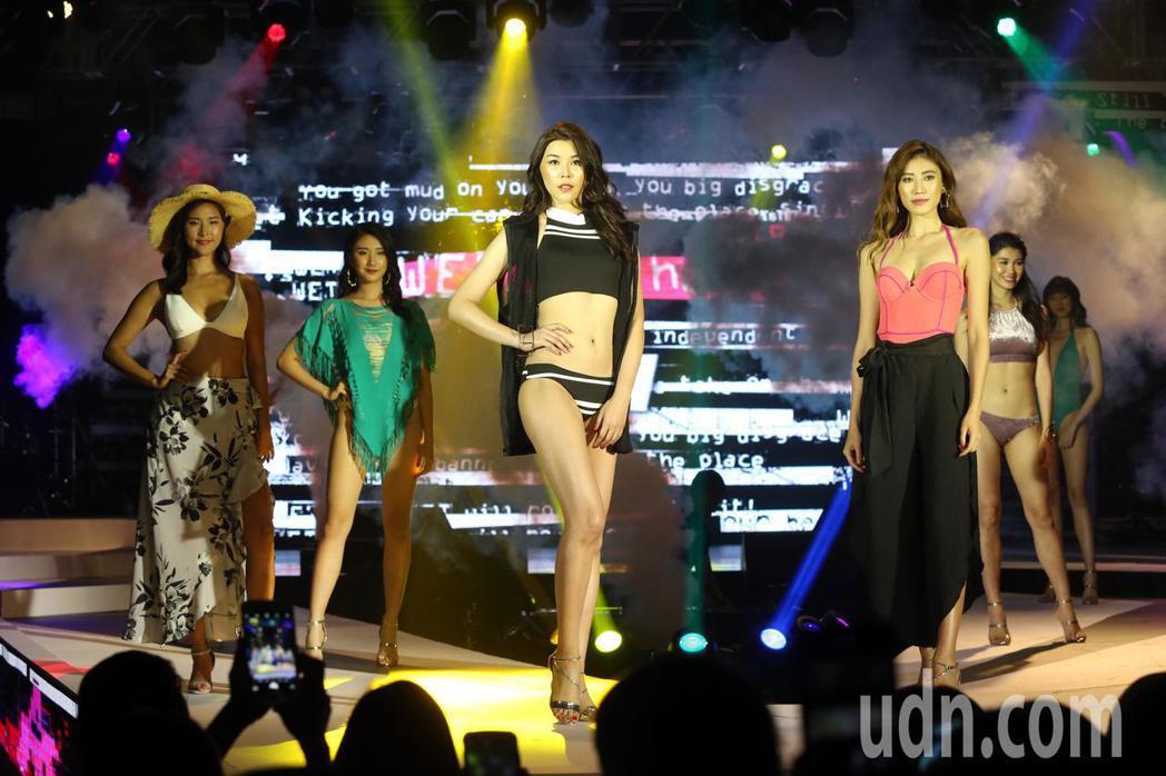 加州品牌泳裝展演時尚音樂秀,引領今夏新時尚。記者林俊良/攝影