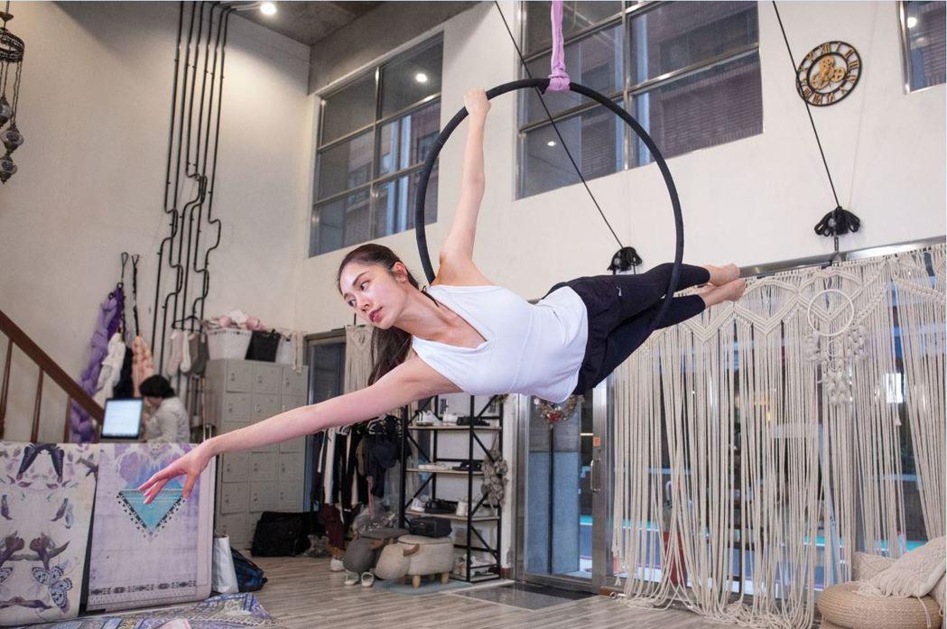 廖奕琁近期迷上新的體操運動「空中環」。圖/凱渥提供