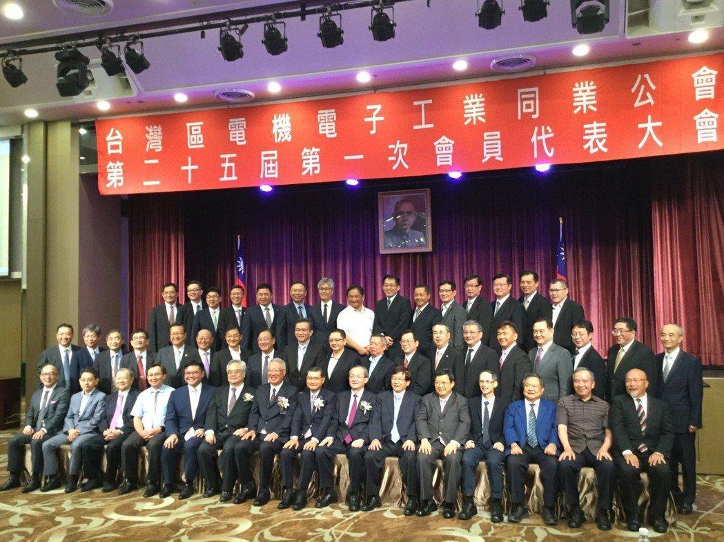 包含新任理事長李詩欽在內,電電公會改選出新任理事共27人、監事則選出9人。記者程...