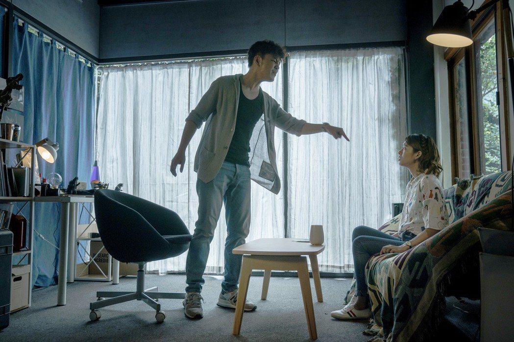 張書偉(左)對著器捐協調師劉倩妏痛陳體制不公。圖/公視提供