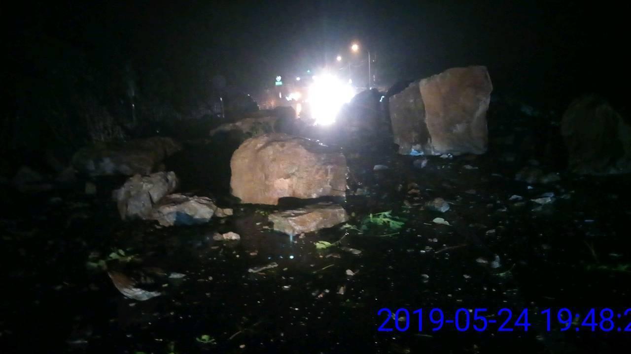 台9線蘇花公路大清水段晚間有落石砸車意外,一度造成雙向封閉,晚間8點34分已開放...
