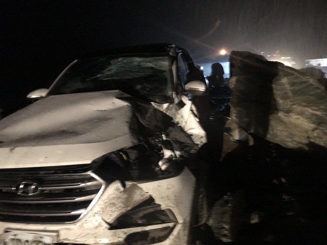 台9線蘇花公路大清水段晚間有落石砸車意外,幸好車內兩人僅手腳擦傷,無生命危險。圖...