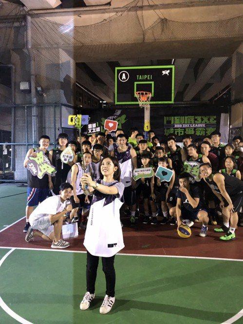 「學姊」黃瀞瑩與參賽球員自拍。記者劉肇育/攝影