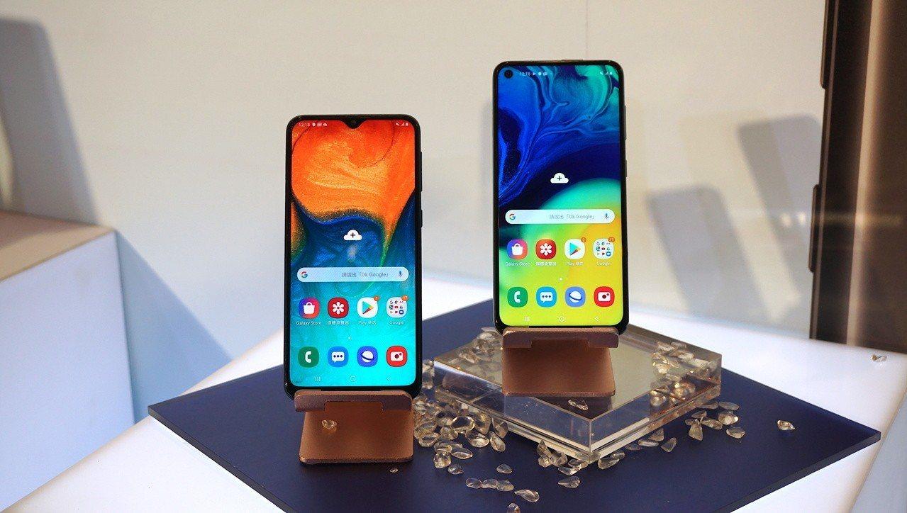 (左)Galaxy A40s為V極限全螢幕設計,(右)Galaxy A60則採用...
