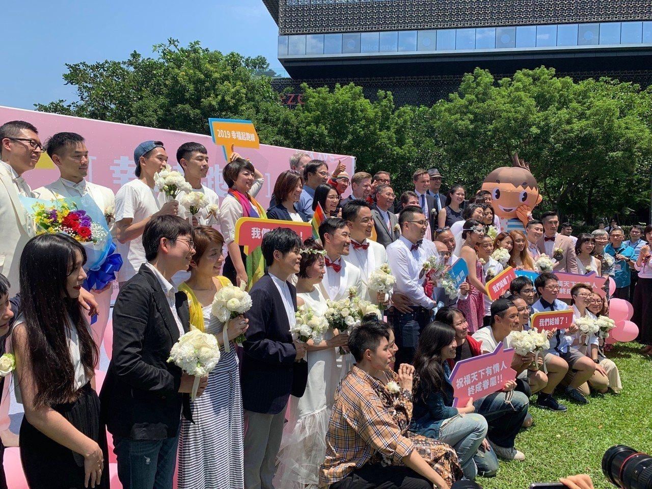 台灣成為亞洲第一個同性婚姻合法化的國家,台北市政府在信義廣場舉辦戶外婚禮派對。記...