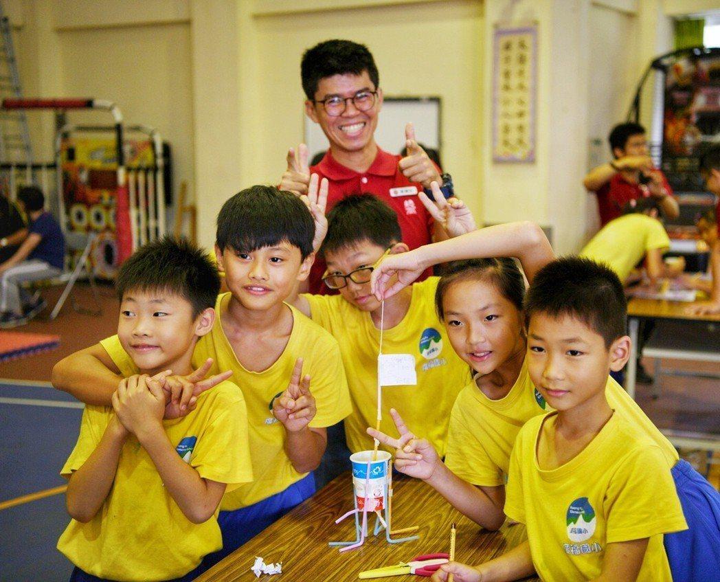 建築師們以淺顯易懂的有趣教材,啟發孩子動腦動手學建築。記者宋健生/攝影