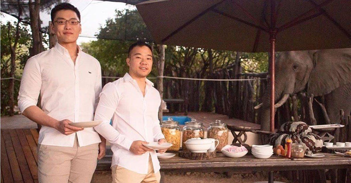 李桓武(左)去年7月在社群網站上傳和男友的合照,首次公開表明自己的性取向。(網路...