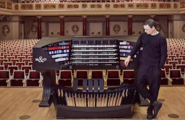 衛武營音樂廳今晚「管風琴巨星 卡麥隆·卡本特」音樂會上半場演出中途,管風琴出現踏...
