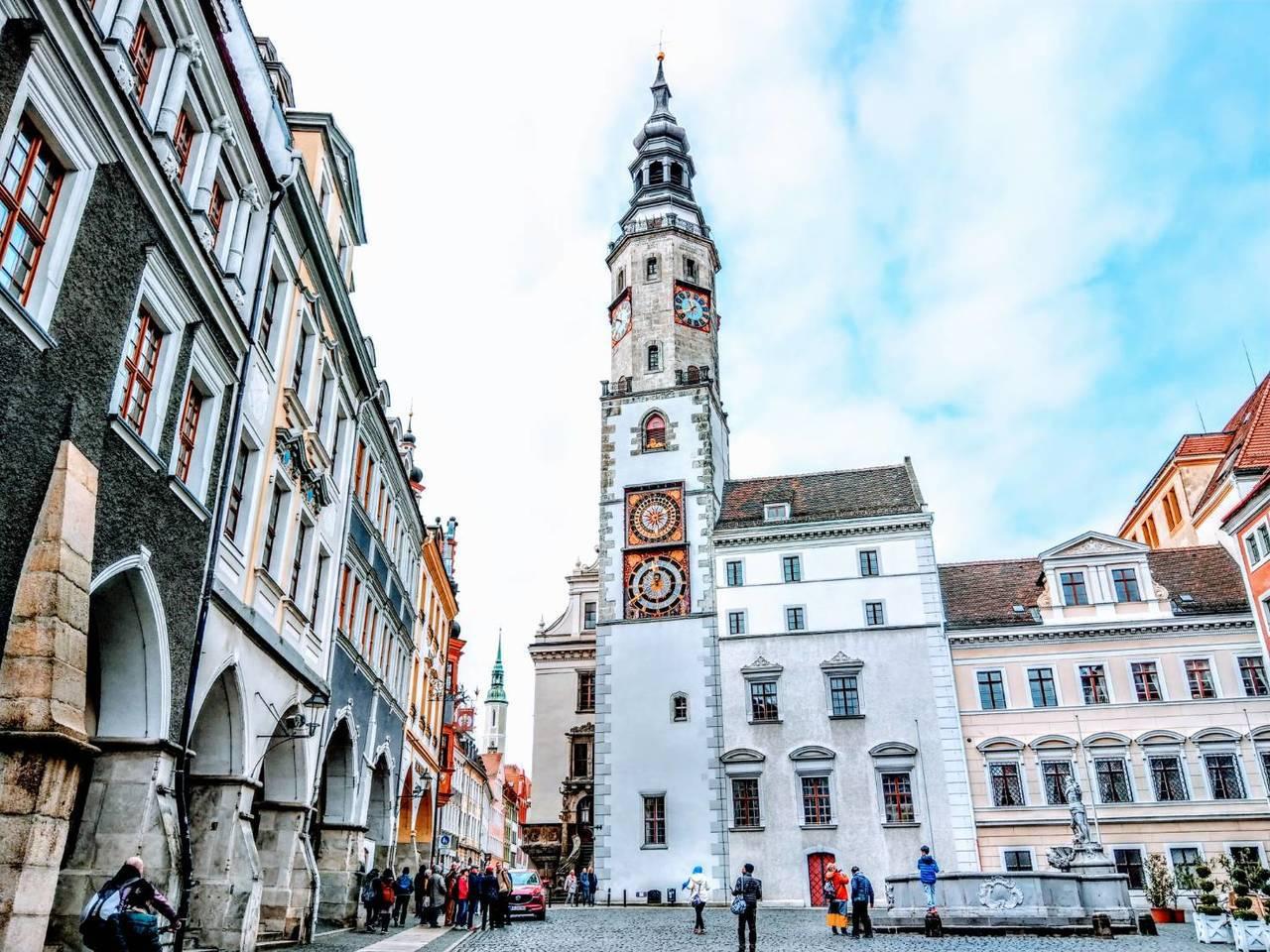 由好幾棟建築組成的哥利茲市政廳,最引人注目的鐘塔,正面有兩個鐘盤。記者張錦弘/攝...