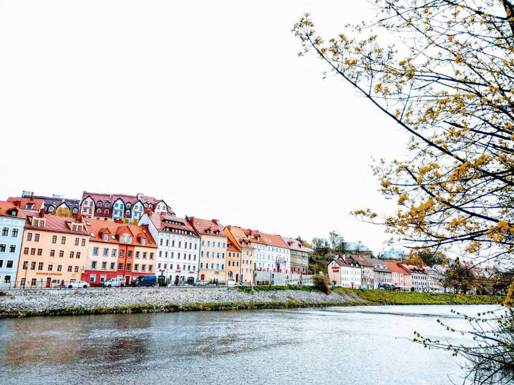 哥利茲隔著河對岸的波蘭小鎮,河畔的房子也很漂亮。記者張錦弘/攝影
