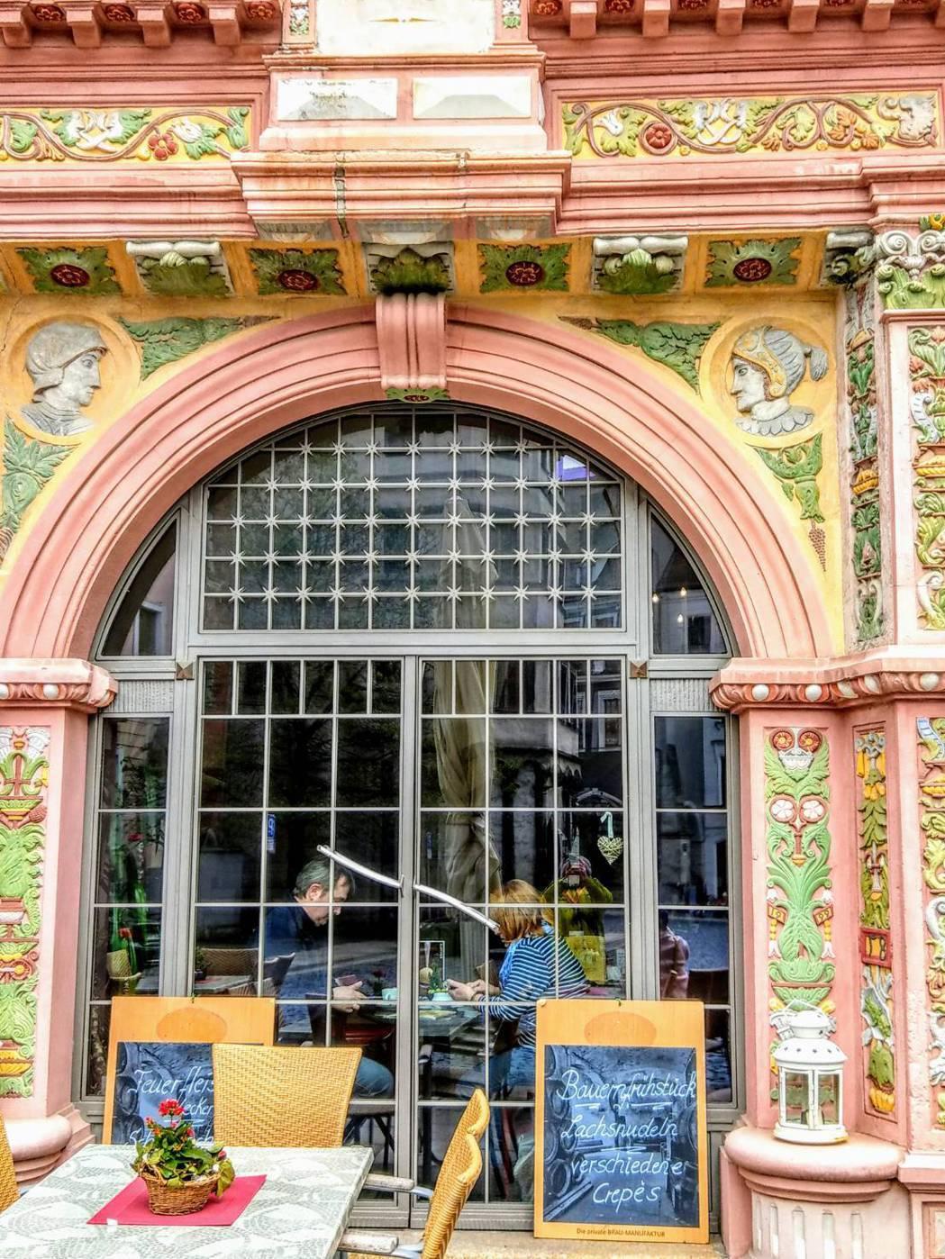 哥利茲一家餐廳外觀,裝潢富麗堂皇,在拱形落地窗旁用餐,非常有情調。記者張錦弘/攝...