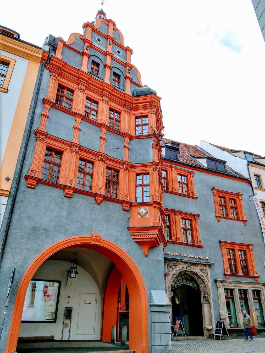 灰色砂岩、紅色窗框的西里西亞博物館,興建於1526年,曾許多王公貴族下榻的接待館...
