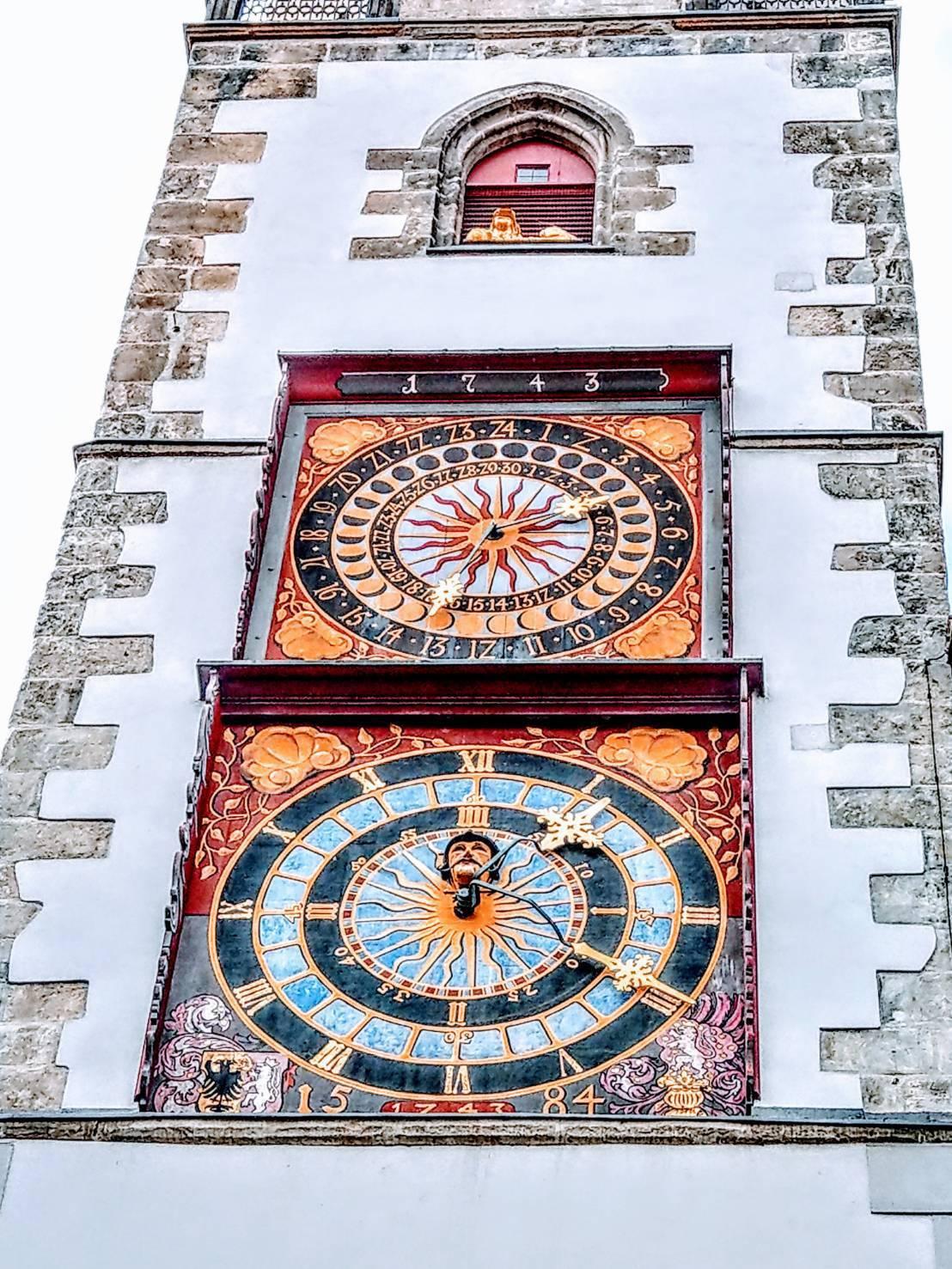 哥利茲市政廳,最引人注目的鐘塔,正面有兩個鐘盤,有如布拉格舊城廣場上的天文鐘。記...