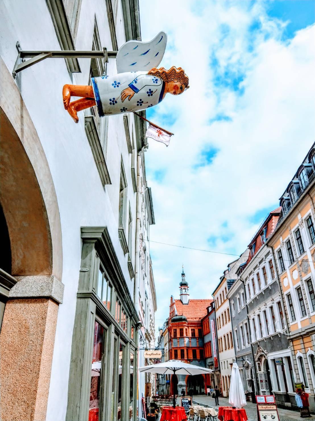 哥利茲城區的建築及店面都很有特色,例如門口騰空站著一個有翅膀的天使。記者張錦弘/...
