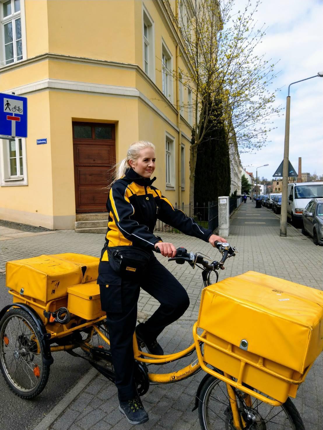 哥利茲一名金髮女郵差騎著黃色三輪車,穿梭在大街小巷送信,很難不吸引遊客注意。記者...