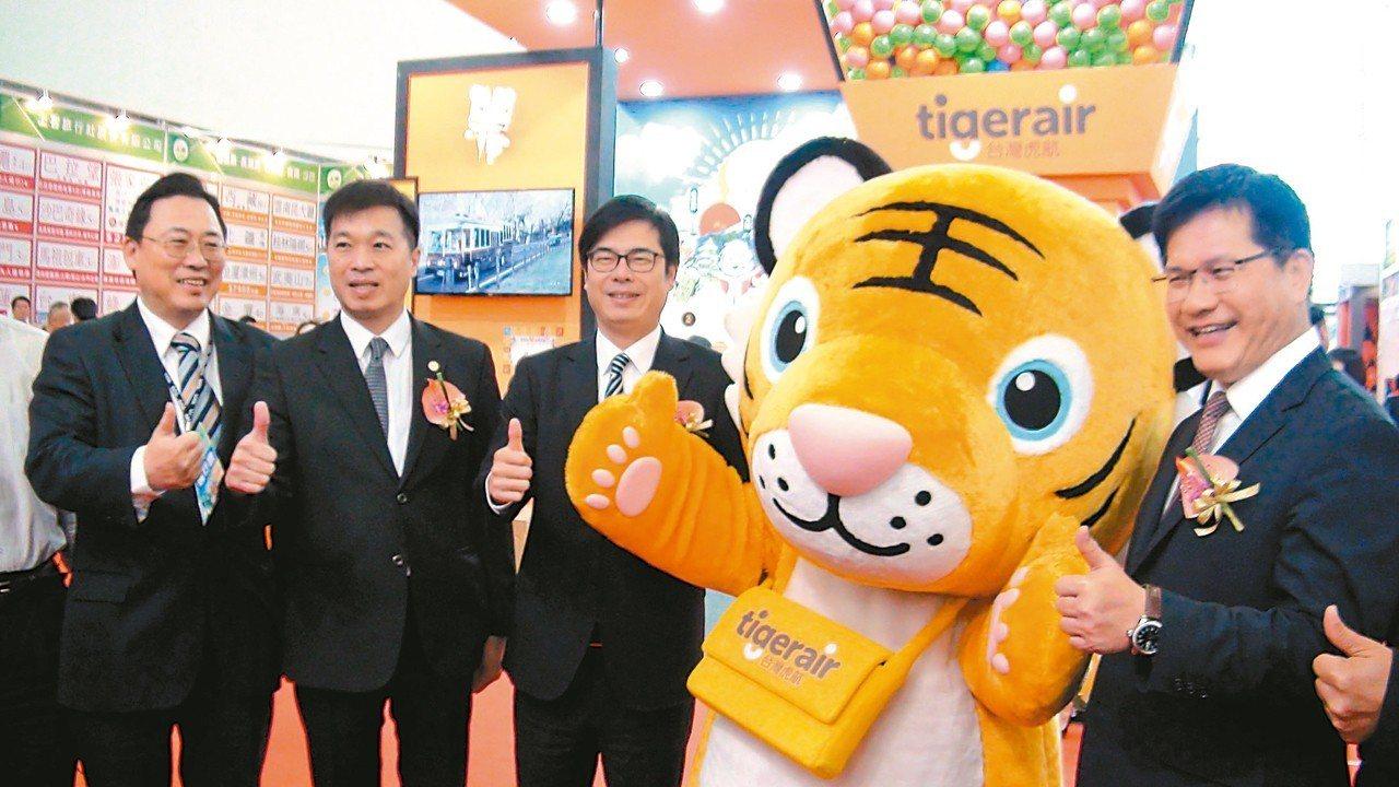 交通部長林佳龍(右一)昨天在高雄旅展宣布,政府要投入252億元高雄機場整體發展計...