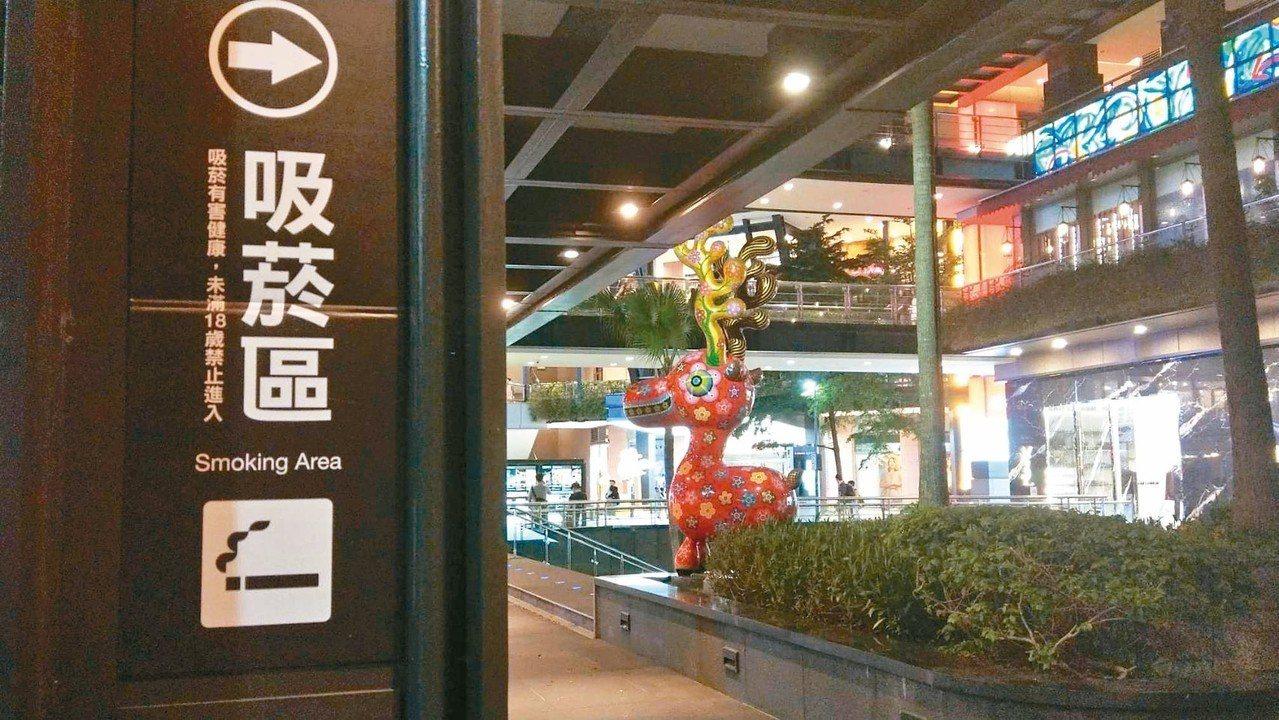 吸菸取締熱點信義香堤廣場,出入口有明顯的吸菸區指示。 記者楊正海/攝影