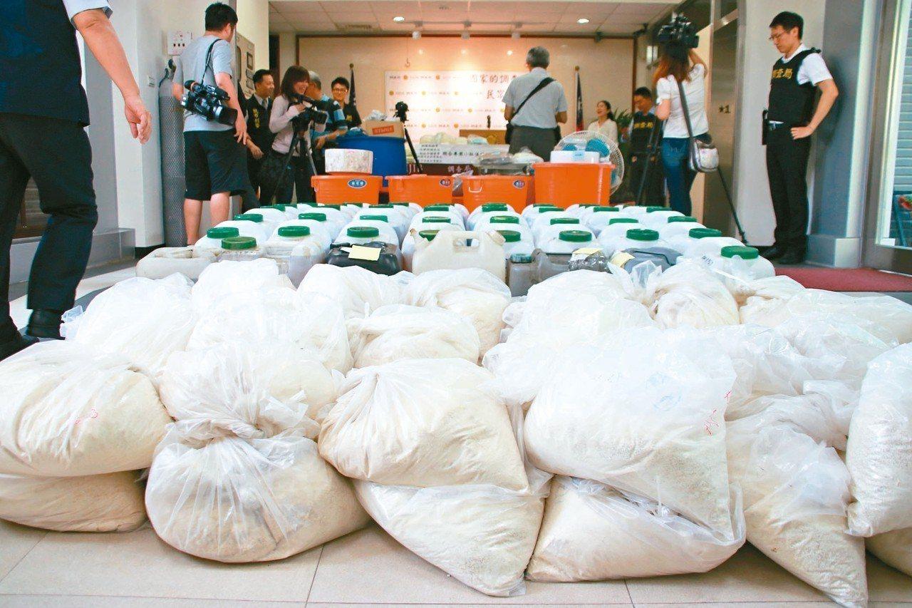 調查人員查獲上千公斤K他命先驅原料「N boc」,因目前未違法且製程快速,將建議...