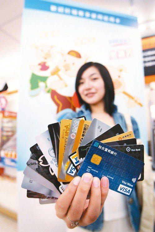 金管會為擴大電子化支付的「使用場域」,下周將宣布開放六項業務可在超商刷卡支付。圖...