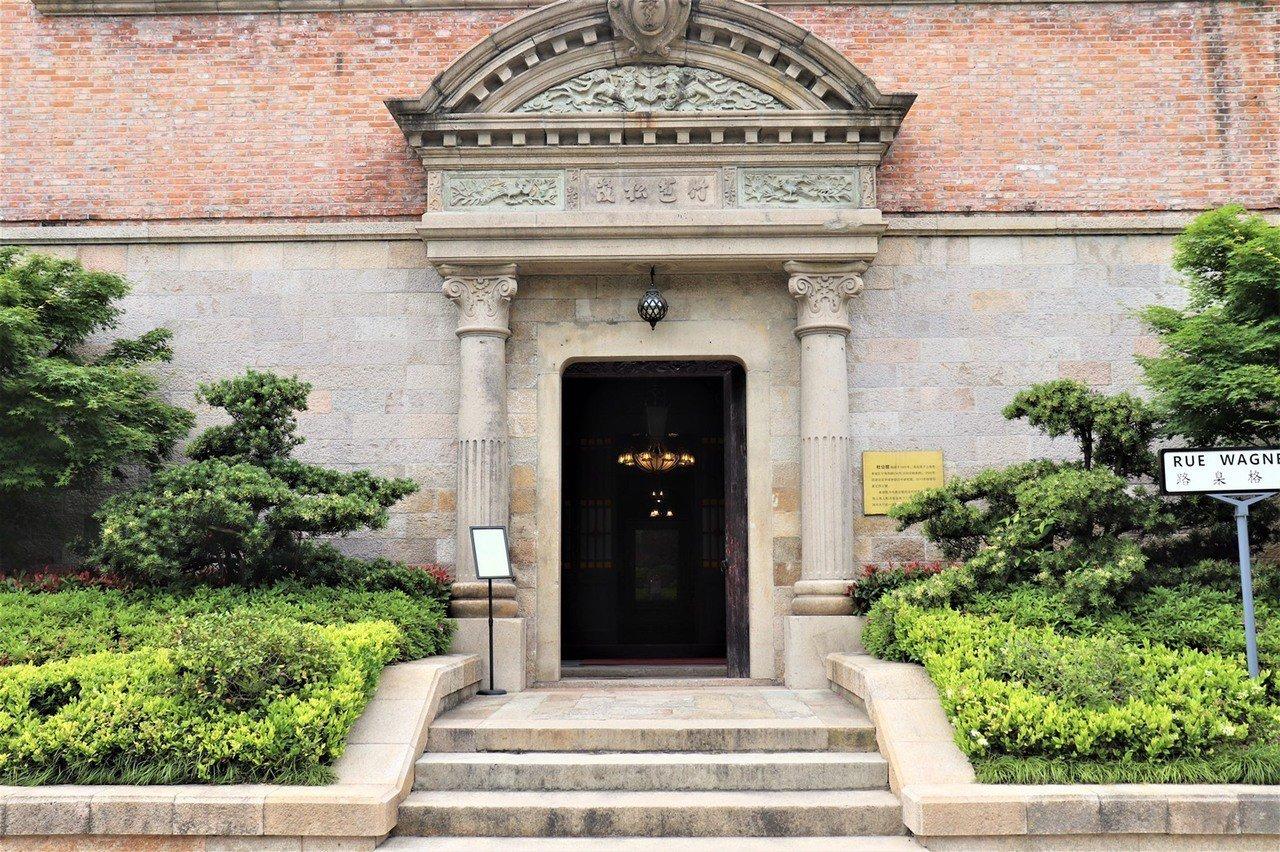 杜月笙故居外觀,是典型的上海石庫門建築樣式,融合歐洲建築風格與中國傳特元素。大門...