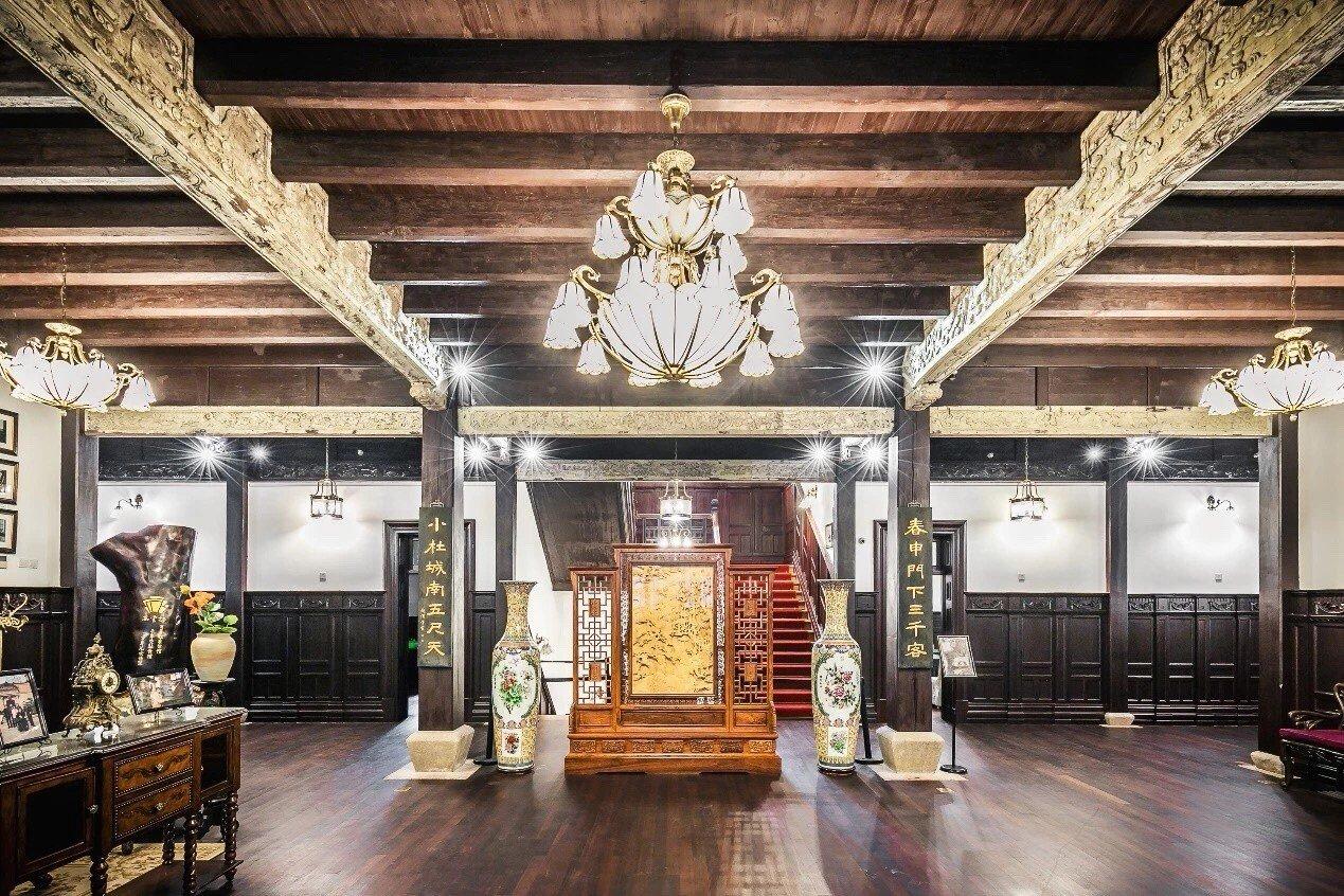 杜公館大廳,氣勢宏偉,上方的雕花金絲楠木是杜月笙的師傅黃金榮所贈 ,價值不斐。杜...
