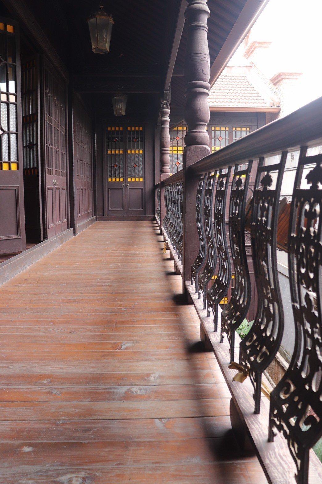 二樓外的陽台,可俯看一樓來客。 記者李莉珩╱攝影
