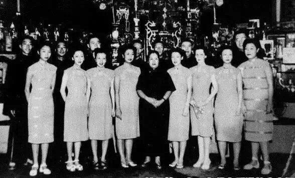 杜月笙四夫人姚玉蘭與杜月笙所有兒女們合影,此照由杜月笙大女兒杜美如贈與給杜公館留...