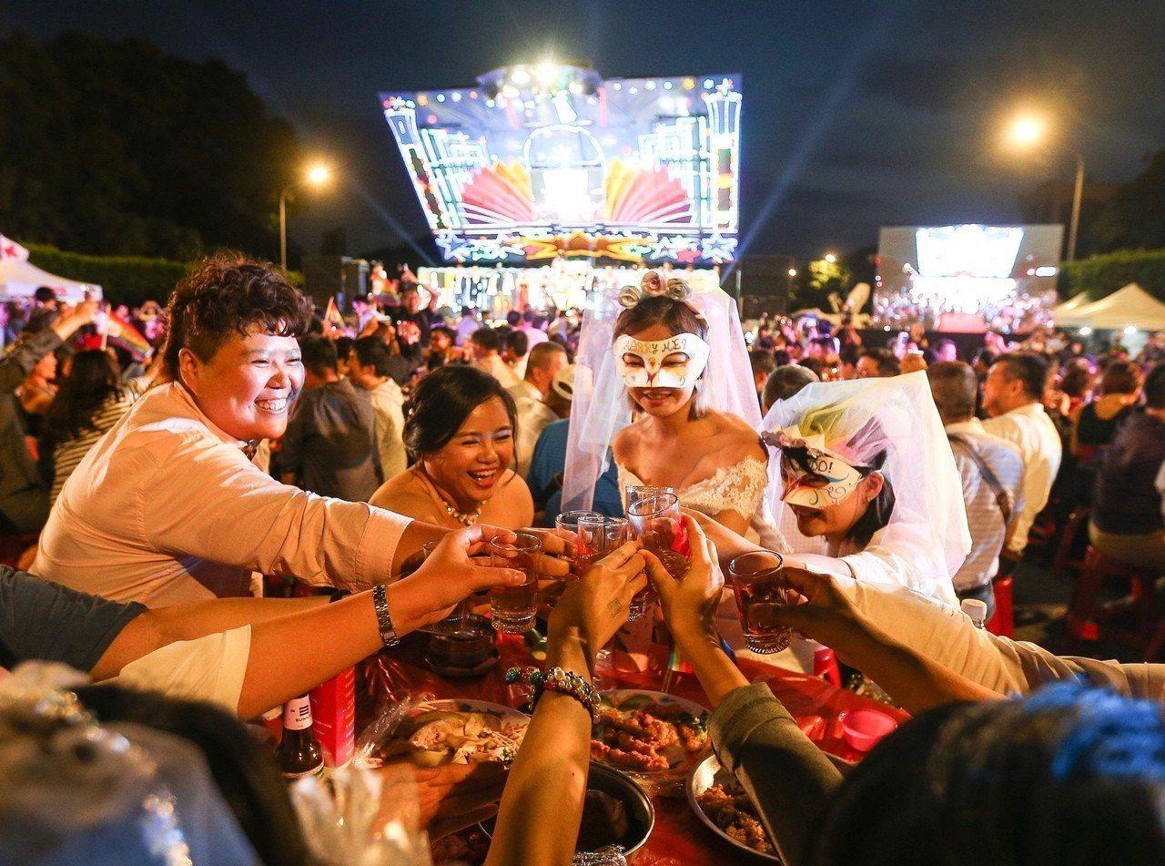 台灣伴侶權益推動聯盟25日晚間在總統府前凱達格蘭大道盛大舉辦「同婚宴」,與會眾人...