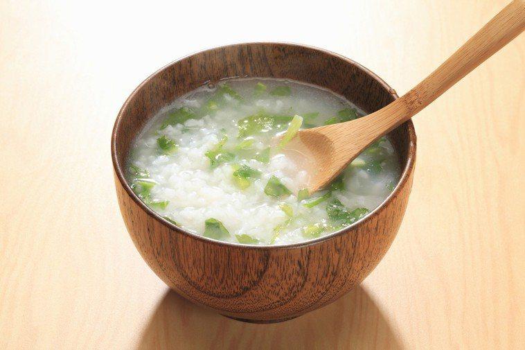 大家會以為「讓腸胃休息一下」就是要吃得清淡,像是清粥小菜等等,但其實,白粥的水含...