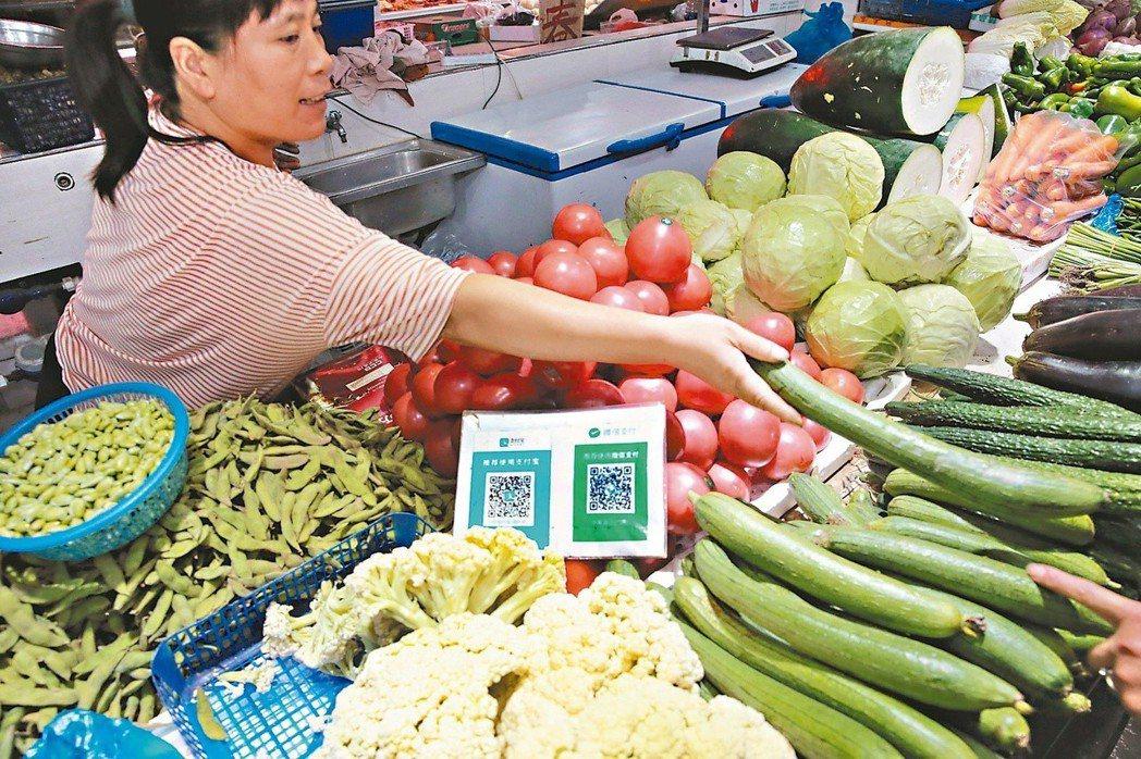 在大陸市場買菜,也能使用行動支付。 (新華社)