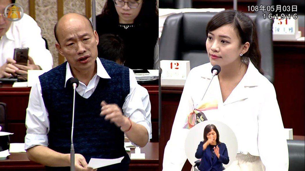 高雄市議員黃捷(右)對韓國瑜團隊提出的自由貿易經濟特區說帖,直言「不能接受」。圖...