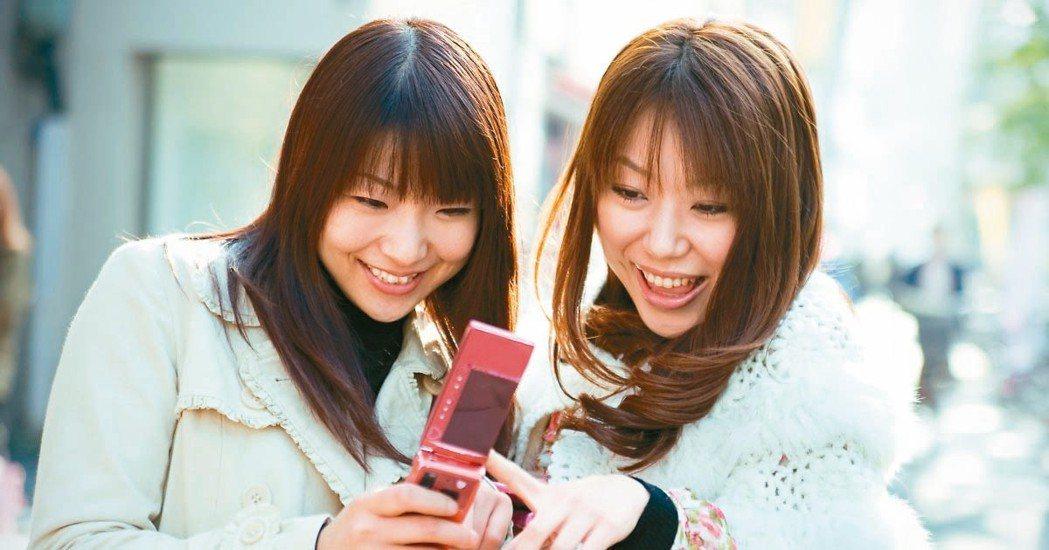 雖然智慧手機已被廣泛接受,但在日本,屬於功能型手機的翻蓋手機仍非常普遍。日本電信...