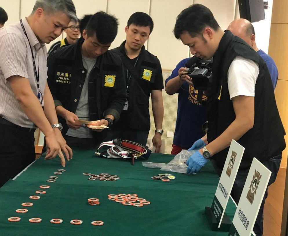 賭場籌碼被搶閃電破案,澳門司警24日展示起出的籌碼贓物。(取材自香港電台)