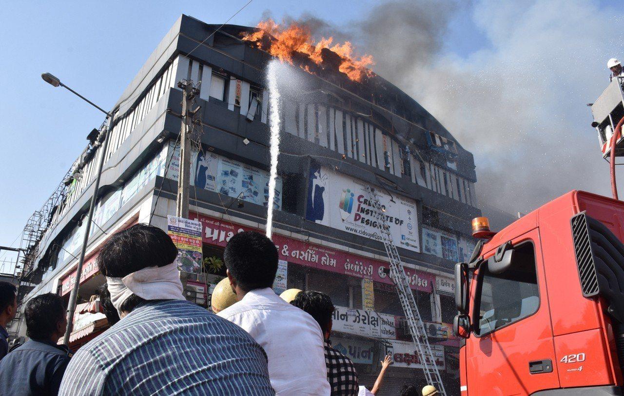 印度西部城市蘇拉特(Surat)一棟培訓中心建築大火,造成至少19名學生喪生。 ...