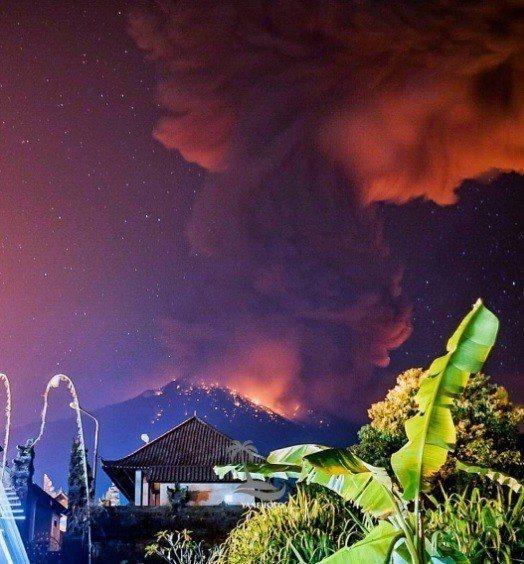 阿貢火山噴發。 圖擷自Cho_Hamsyonk