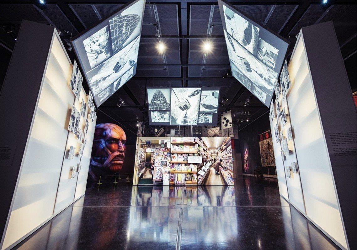 大英博物館漫畫展一景,中央為日本漫畫書店的視覺示意,表現漫畫與社會生活的關係。 ...