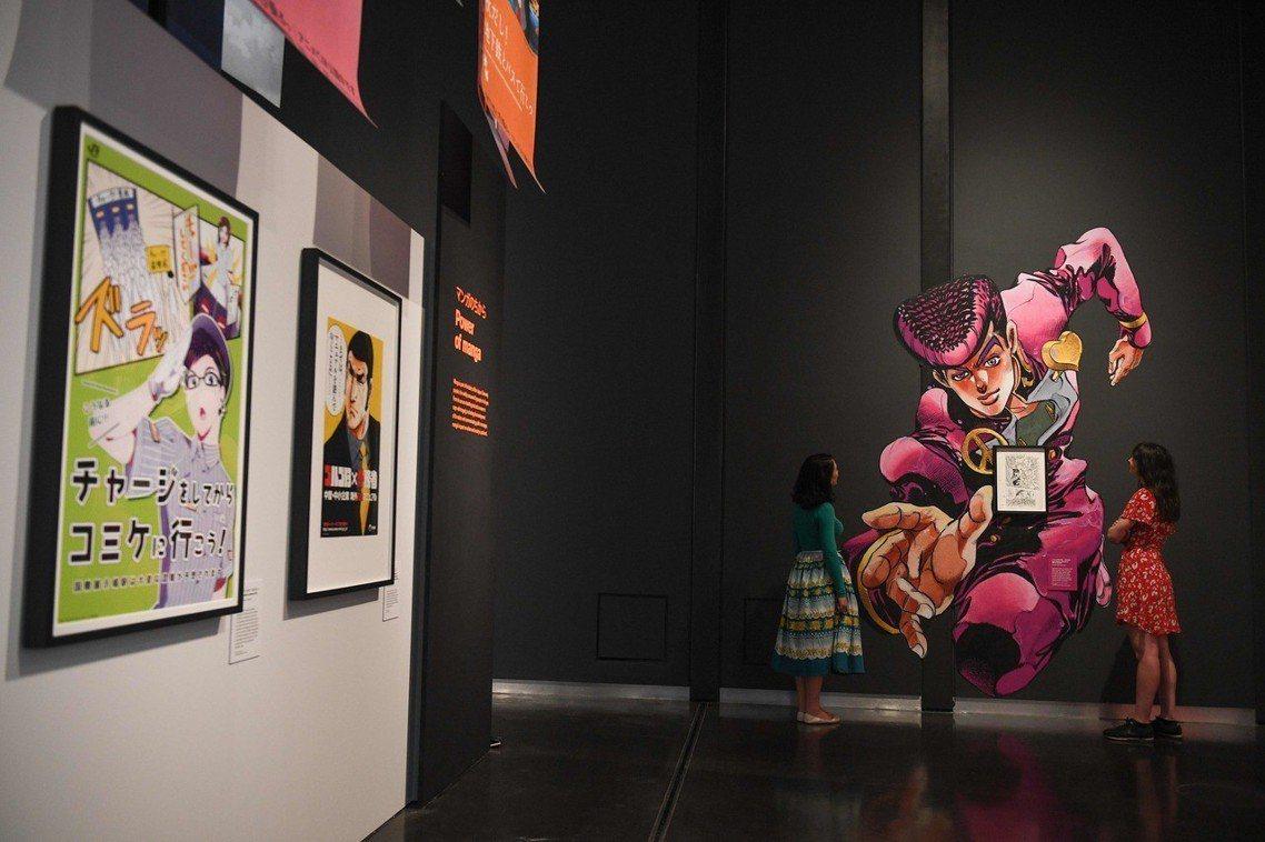 跨越不同世代的漫畫作品,圖中右方為荒木飛呂彥的《JoJo的奇妙冒險》,荒木也曾於...