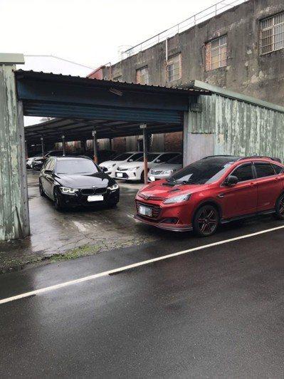 網友的BMW被一輛紅色納智捷擋住去路,結果報警的結果是沒違規,他無奈表示上班行程...