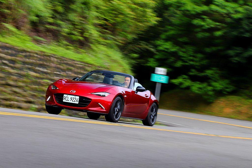 自排車型就已經讓Mazda MX-5相當好玩,這次改換手排後不僅能激發車輛更多操...