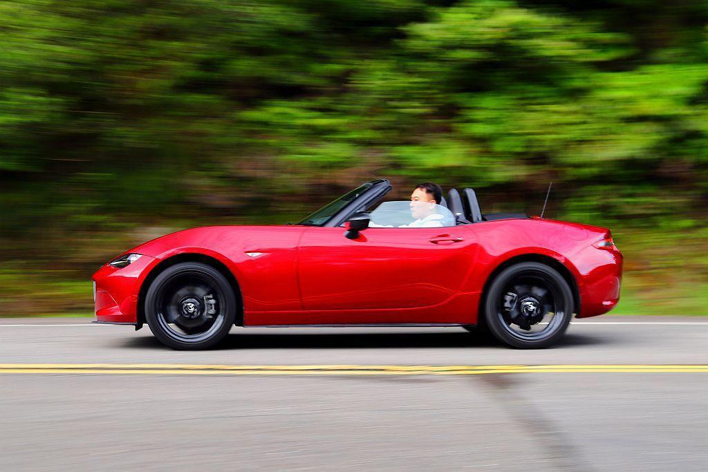Mazda MX-5出色的50:50的前/後車身配重,彎道中能更輕易掌控車輛動態...
