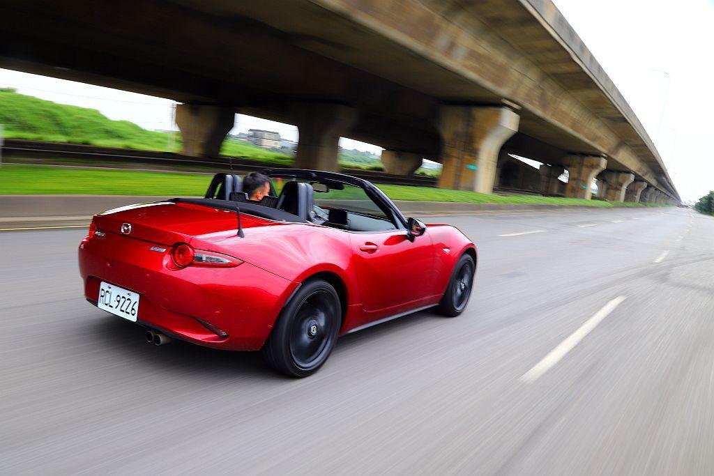Mazda MX-5 MT車重僅1,066kg搭配靈巧的車身,就算沒有渦輪引擎加...