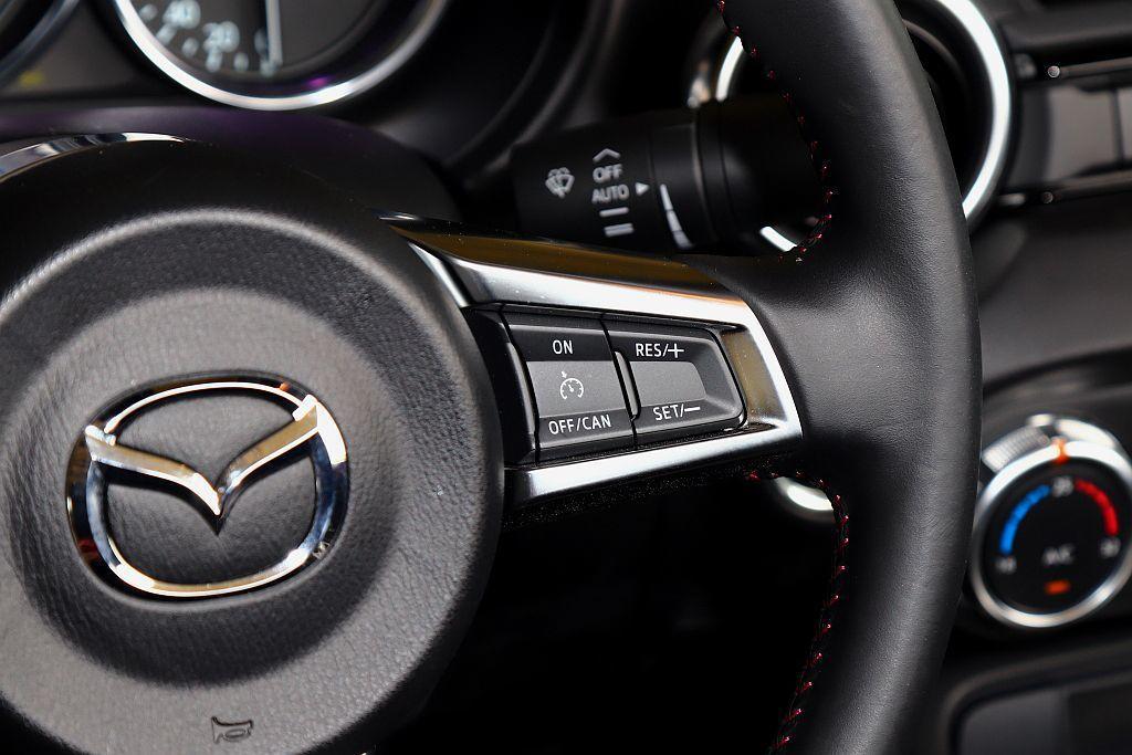 標配定速巡航系統,但不支援ACC主動車距維持功能,不過相信在Mazda MX-5...
