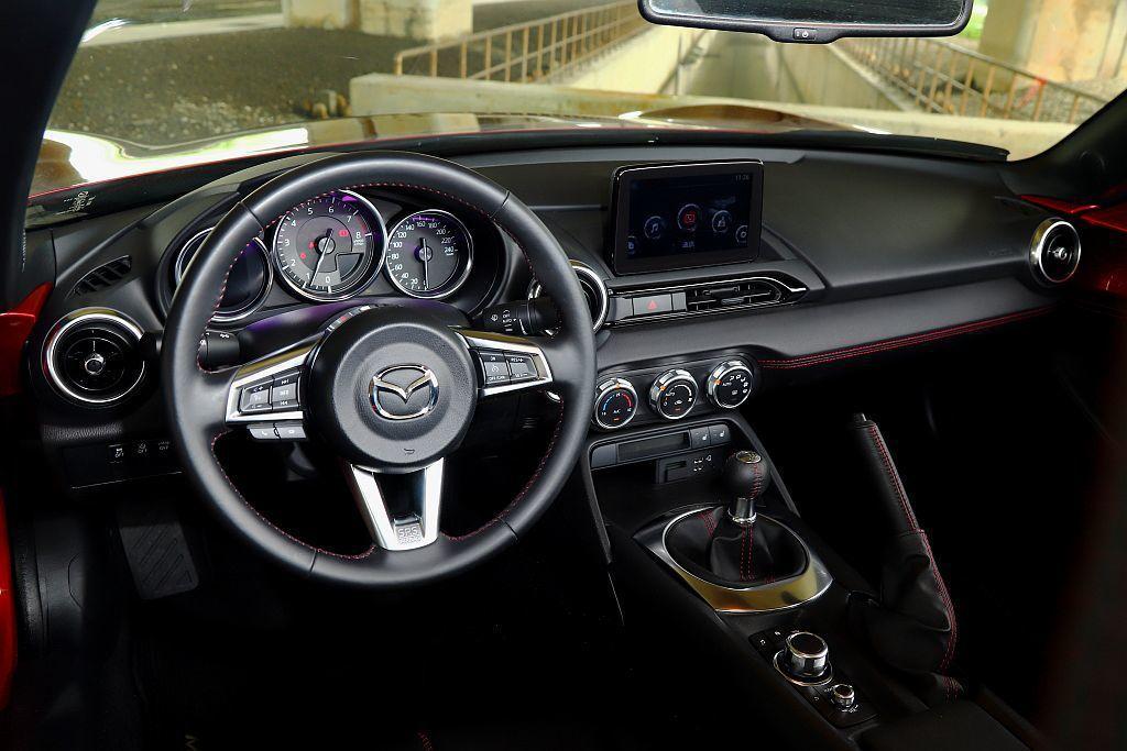 Mazda MX-5 MT並沒有因為是手排車而顯得陽春,內裝質感依舊相當出色。 ...