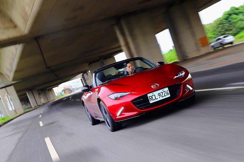 試駕整天下來,發現Mazda MX-5 MT離合器接合甜蜜點不僅好找、腳踏力氣也...