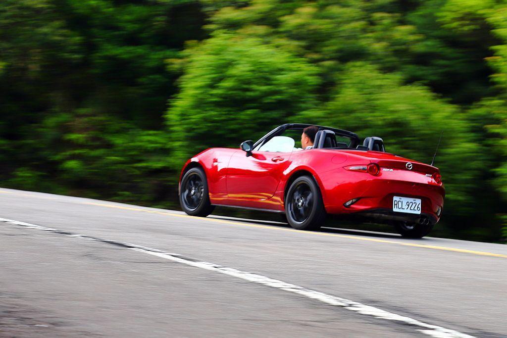 帶勁的駕馭樂趣與活絡右手/左腳運動享受,使Mazda MX-5 MT成為臺灣乘用...