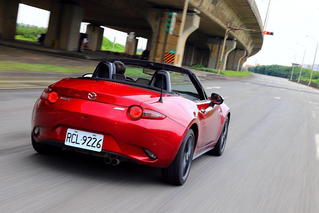 仗著手排車能主導引擎轉速與換檔時機,讓Mazda MX-5 MT的排氣聲響能持續...