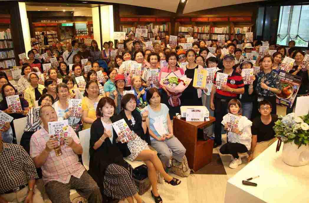 美食烹飪專家林美慧老師與粉絲團於新書發表會合影。 毛洪霖/攝影