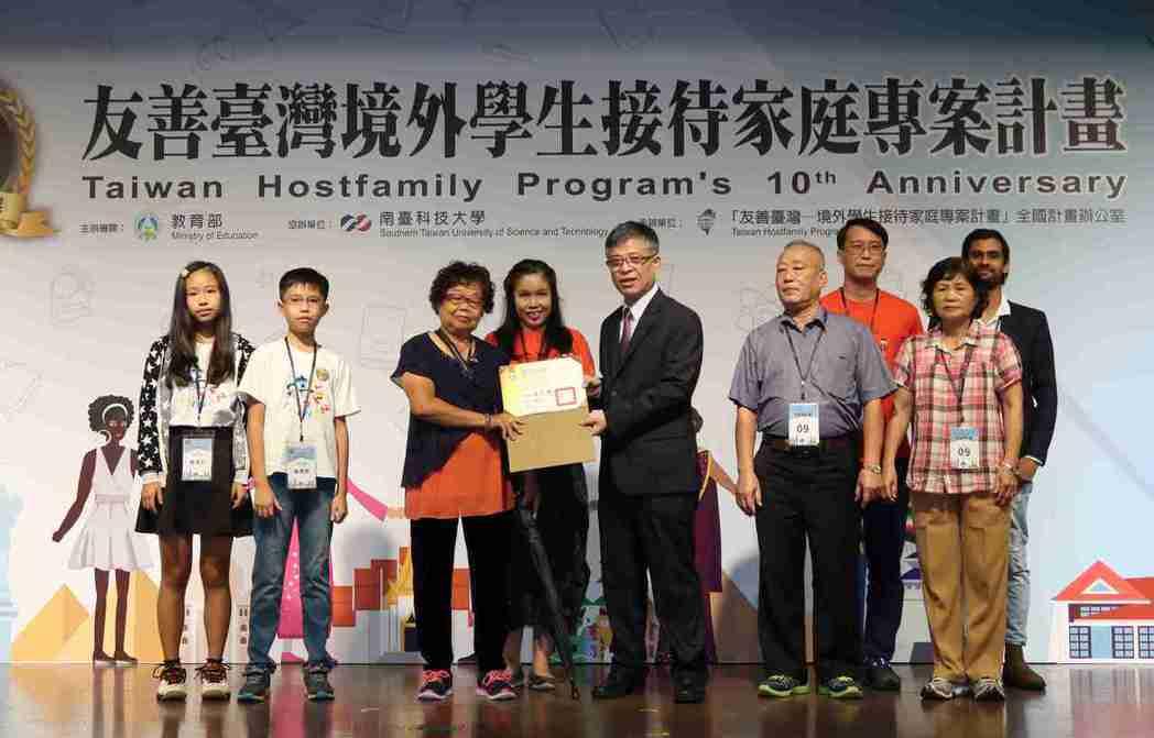 教育部政務次長劉孟奇(左五)頒發感謝狀給接待家庭代表。 李炎奇/攝影