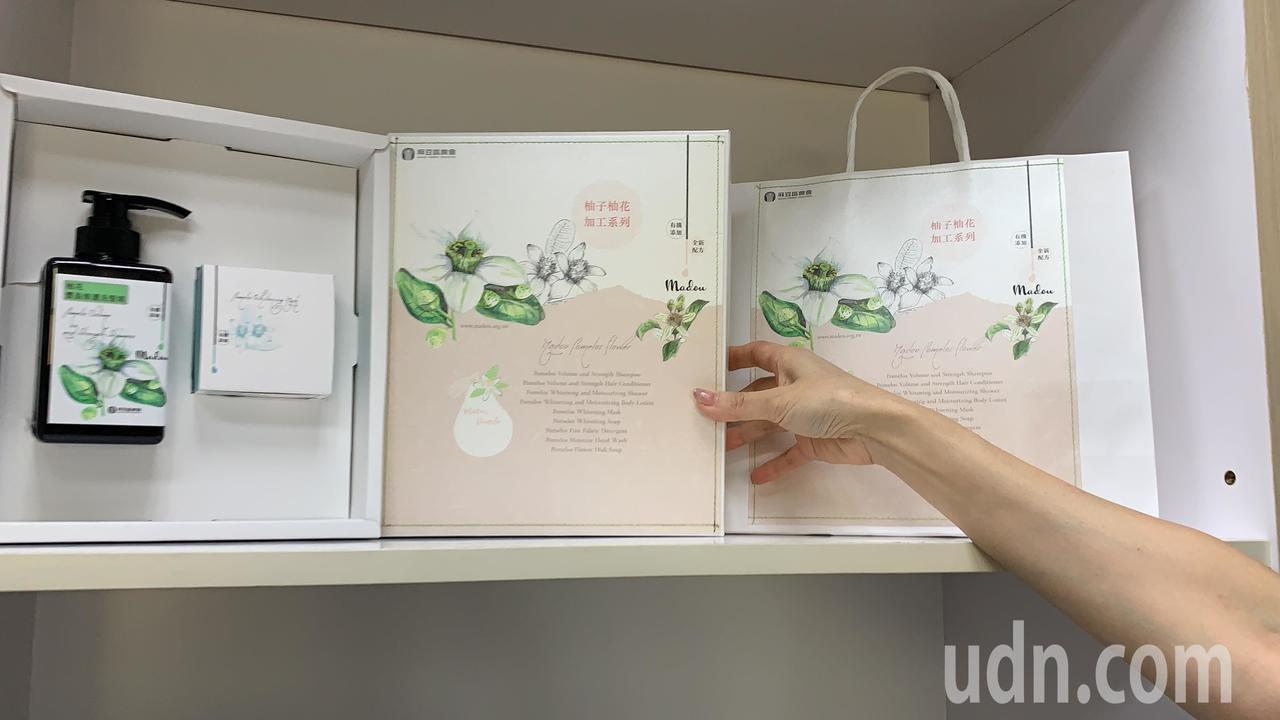 台南麻豆區農會柚花系列產品換上新包裝,很受歡迎。記者吳淑玲/攝影